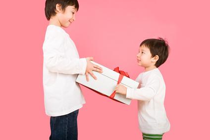 Comment développer la générosité et la gratitude chez votre enfant ?