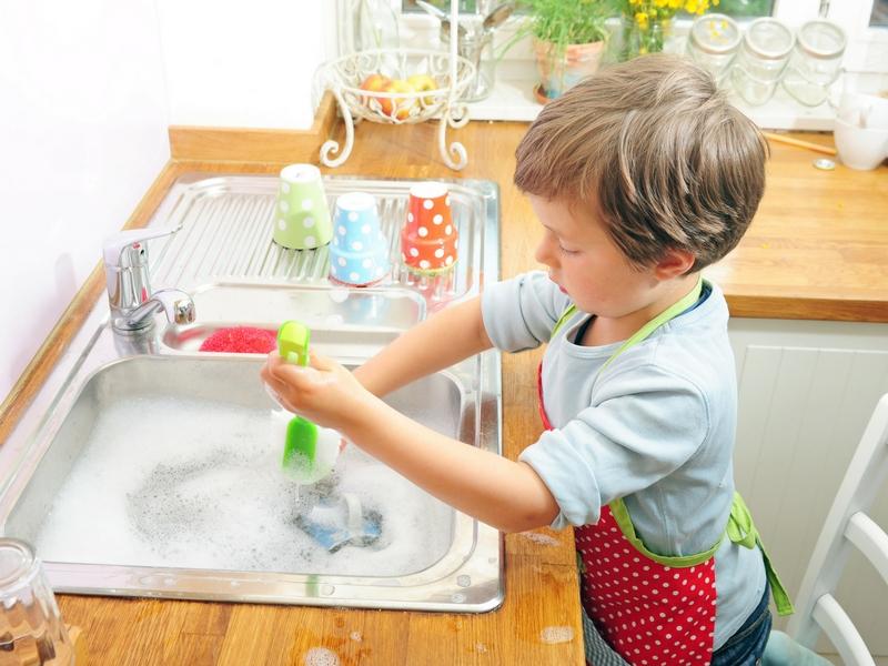 Confiez certaines tâches ménagères à vos enfants